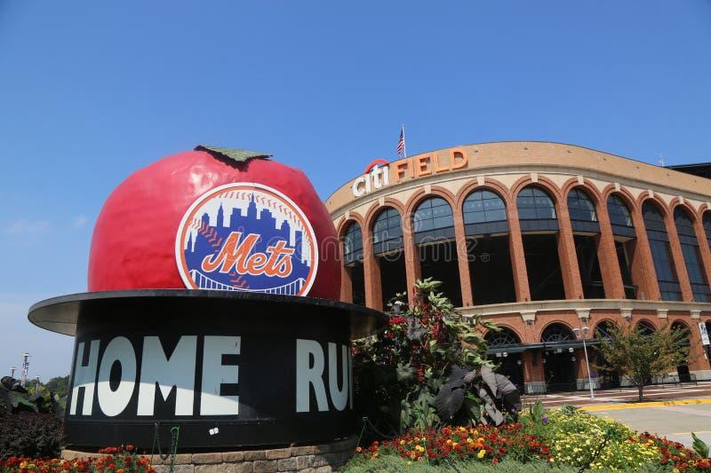 Berühmte Shea Stadium Home Run Apple auf Mets-Piazza vor Citi-Feld, Haus des Teams der obersten Baseballliga die New York Mets stockfotos