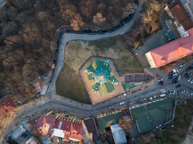 Berühmte St- Andrew` s Kirche in von der Luftdraufsicht Kiews, Ukraine lizenzfreie stockbilder