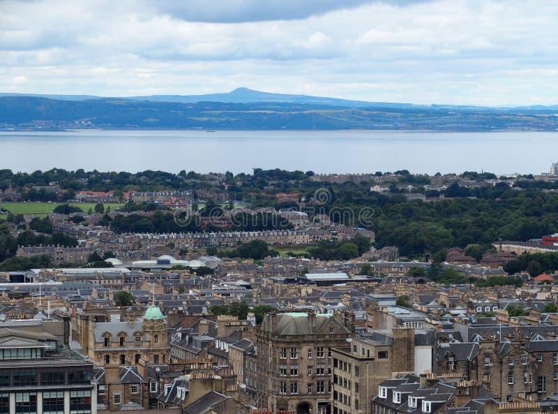 Berühmte Stadtbildlandschaft von Europäer Edinburgh-Stadt und Leith River in Schottland, Großbritannien am Sommertag im August 20 lizenzfreies stockfoto