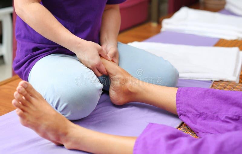 Berühmte thailändische Massage, Therapeutklage auf Kunden lizenzfreie stockfotos