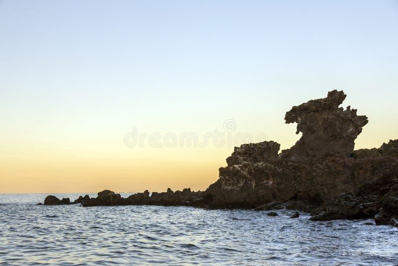 Berühmte Touristenattraktion in Jeju-Insel von Südkorea Ansicht des Drache-Hauptfelsens Yongduam alias während des Sonnenuntergan lizenzfreie stockfotos