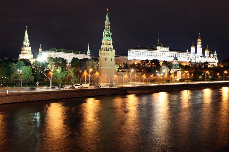 Berühmte und schöne Nachtansicht von Moskva-Fluss und von Moskau Kreml lizenzfreie stockbilder