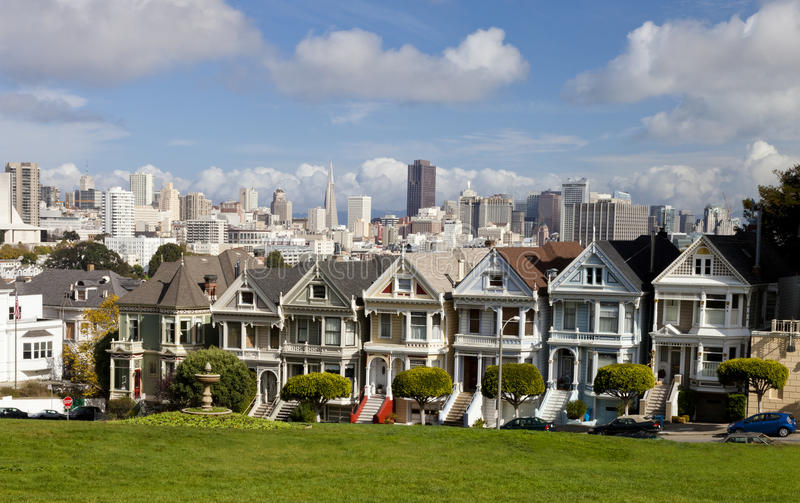 Berühmte viktorianische Reihenhäuser in San Francisco lizenzfreie stockbilder