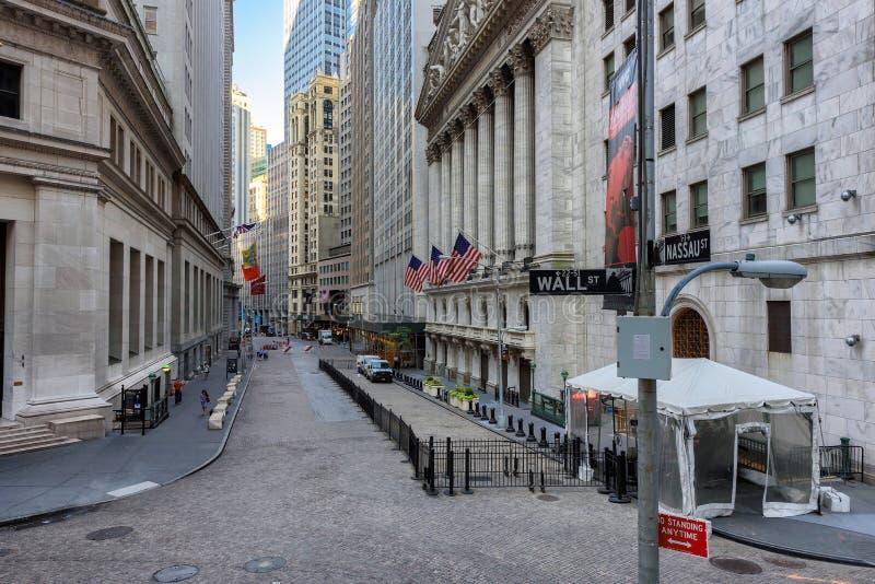 Berühmte Wall Street und New York Stock Exchange in New York, NY stockbild