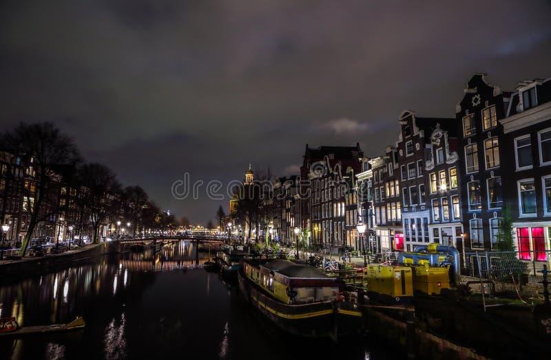 Berühmte Weinlesegebäude von Amsterdam-Stadt in der Nacht Allgemeine Landschaftsansicht an Tradition Holländer arcitecture stockfoto