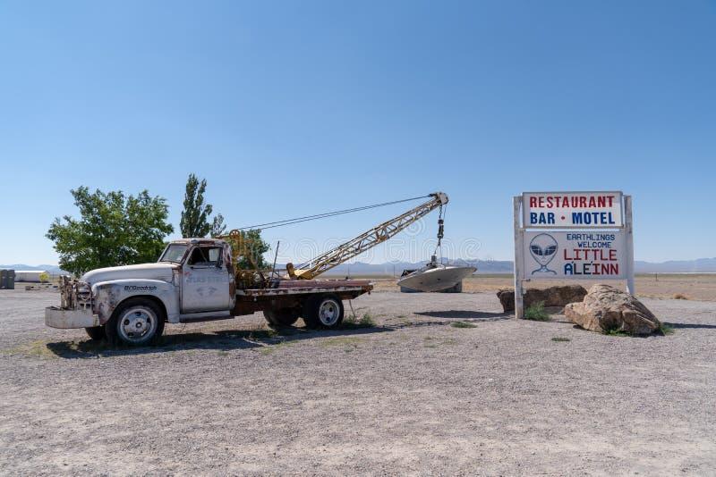 Berühmter Abschleppwagen mit UFO-Straßenrandanziehungskraft in Rachel, Nevada, entlang der außerirdischen Landstraße lizenzfreies stockbild