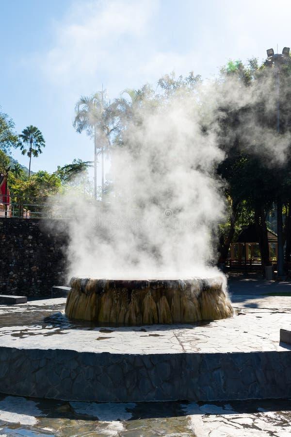 Berühmter Brunnen der heißen Quelle in allgemeinem Park Raksa Warin, Ranong, Thailand stockbild
