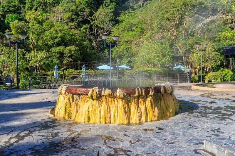 Berühmter Brunnen der heißen Quelle in allgemeinem Park Raksa Warin, Ranong, Thailand lizenzfreie stockfotografie