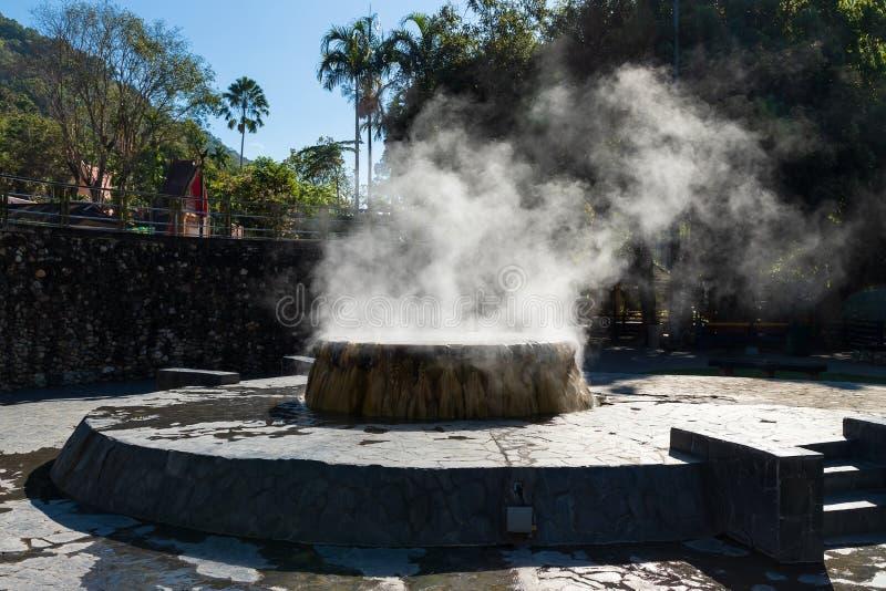 Berühmter Brunnen der heißen Quelle in allgemeinem Park Raksa Warin, Ranong, Thailand stockfotos
