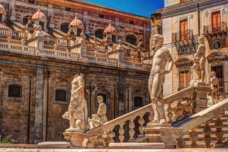 Berühmter Brunnen der Schande auf barockem Marktplatz Pretoria, Palermo, Sizilien stockbilder