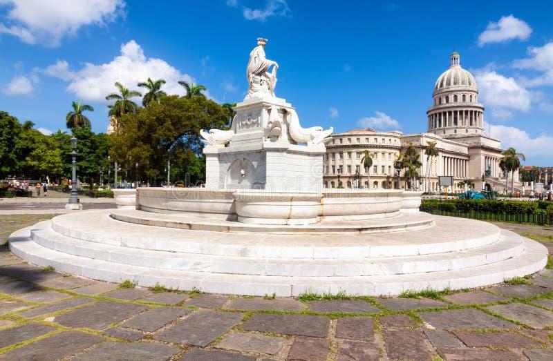 Berühmter Brunnen und das Kapitol von Havana lizenzfreies stockbild