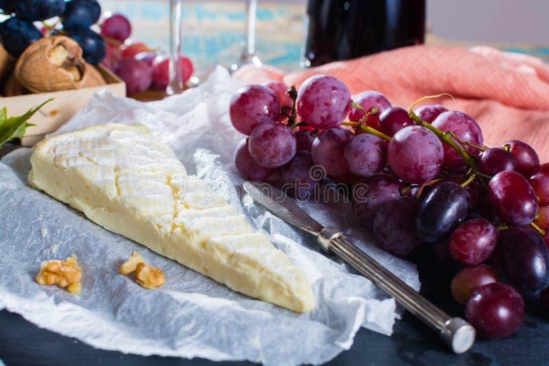 Berühmter französischer frischer Weichkäse - Briekäse, köstlicher Nachtisch mit n lizenzfreie stockbilder
