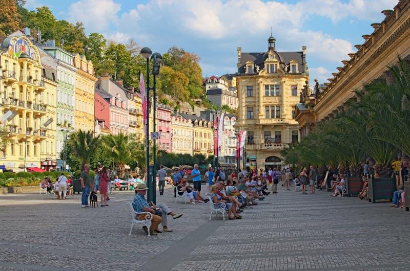 Berühmter Gesundheitskurort Quadratische nahe Mühlkolonnade Leuteweg oder Entspannung auf den Bänke Sonniger Sommertag lizenzfreie stockbilder