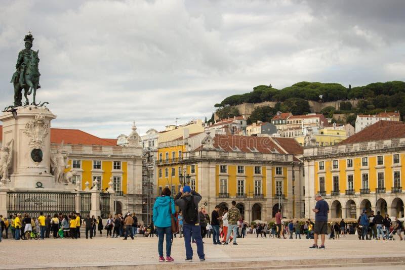 Berühmter Handelsplatz in Lissabon Touristen im Handel Platz mit Statue König Jost 1 Lissabonner Meilenstein stockfoto