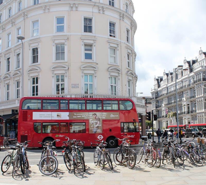 Berühmter im altem Stil roter Doppeldeckerbus in London stockfotografie
