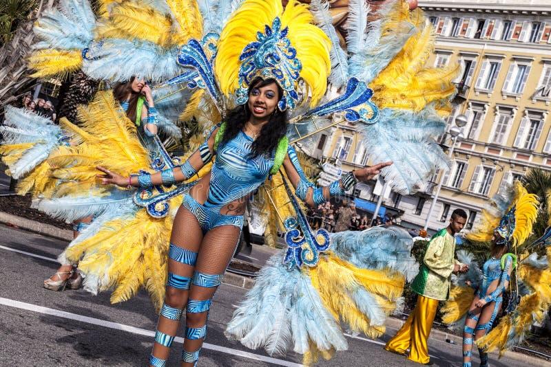 Berühmter Karneval von Nizza, Blumen ` Kampf Eine Frau im Kostümtanzen auf Karneval stockbilder