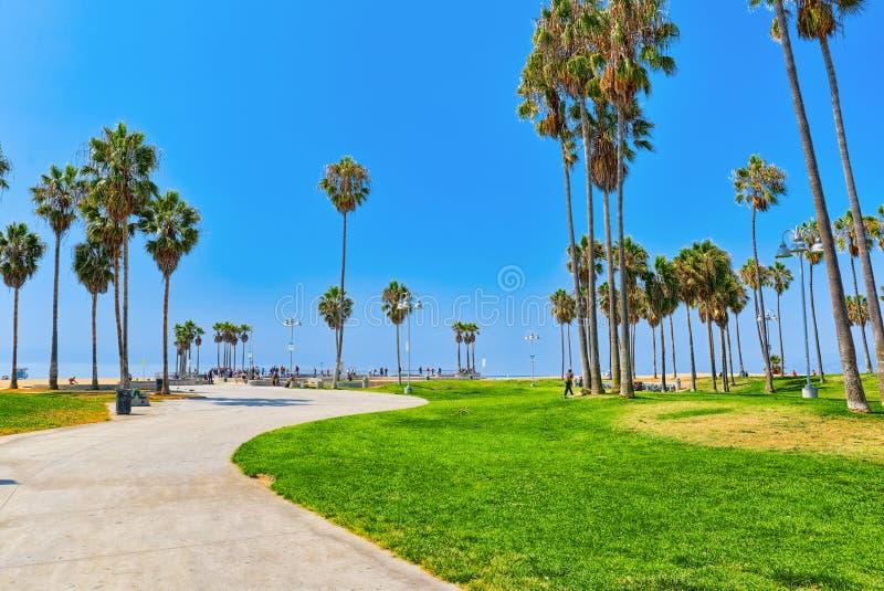 Berühmter Los Angeles-Strand - Venice Beach mit Leuten lizenzfreie stockbilder