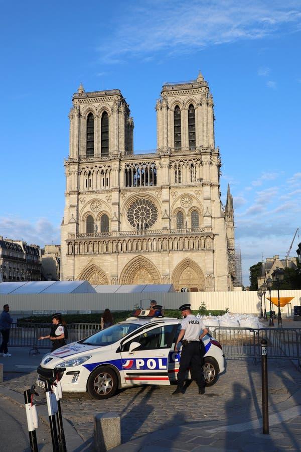 Berühmter Notre Dame Cathedral Post-Fire von 2019 mit schwerer seceurity Anwesenheit lizenzfreie stockfotografie