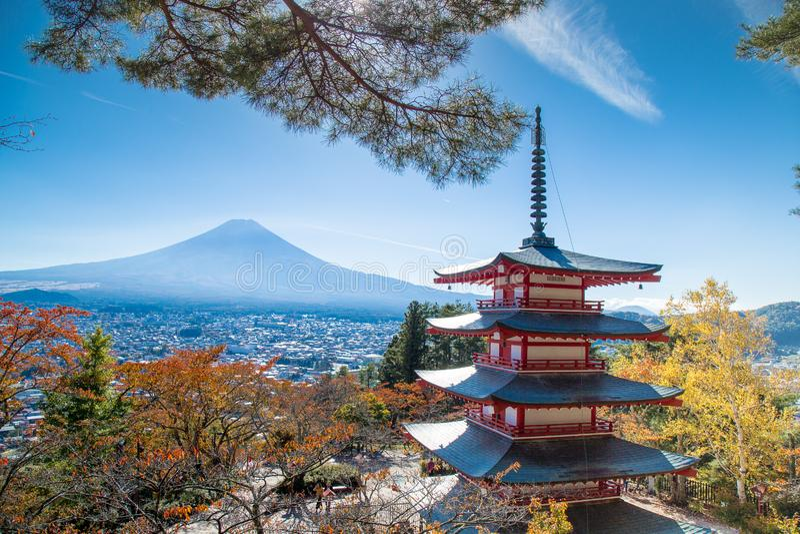Berühmter Ort von Japan mit dem Chureito Pagode und Fujisan stockbild