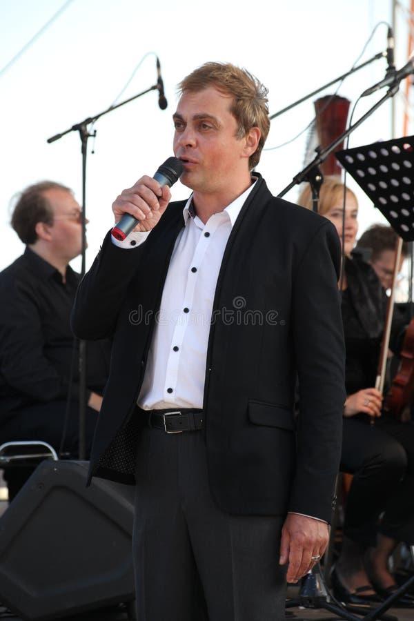 Berühmter Schauspieler Mikhail Morozov - Führungen und stellt die Kronstadt-Festival Oper dar lizenzfreie stockfotografie
