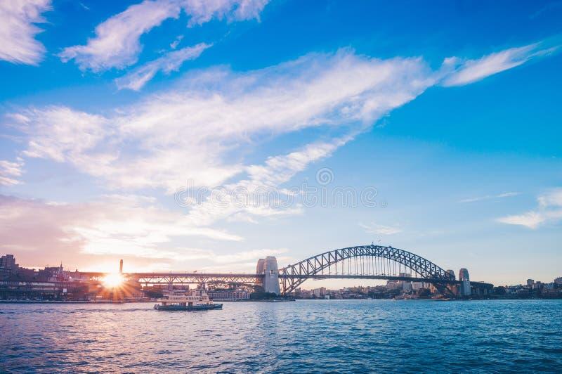 Berühmter Sonnenuntergang über Sydney Harbour Bridge Erstaunliche Ansicht der Ufergegend nahe dem Opernhaus stockfotos