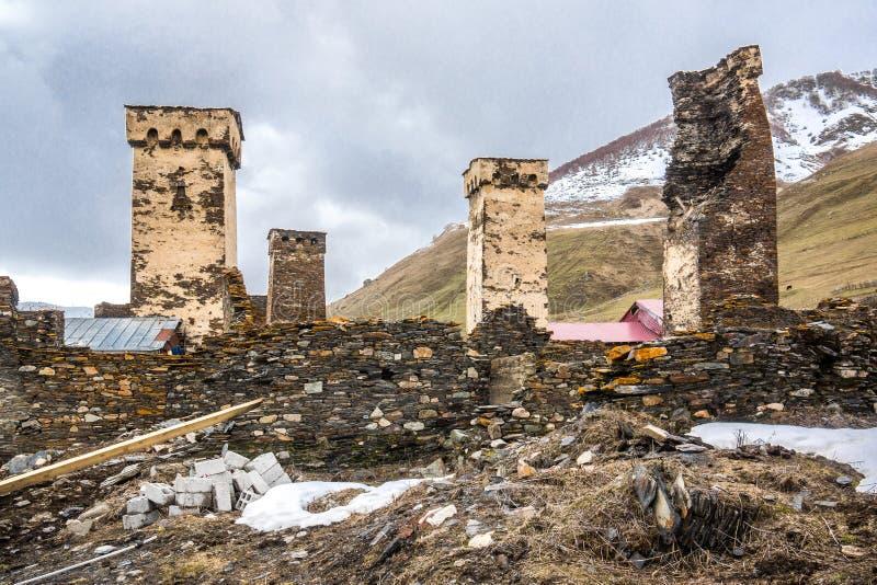 Berühmter touristischer Höhepunkt in ushguli defensiven Türmen stockbild