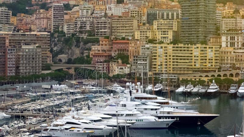 Berühmter Yachtclub in Monaco, viele teuren Boote machte im Hafen, Luxusleben fest lizenzfreies stockbild