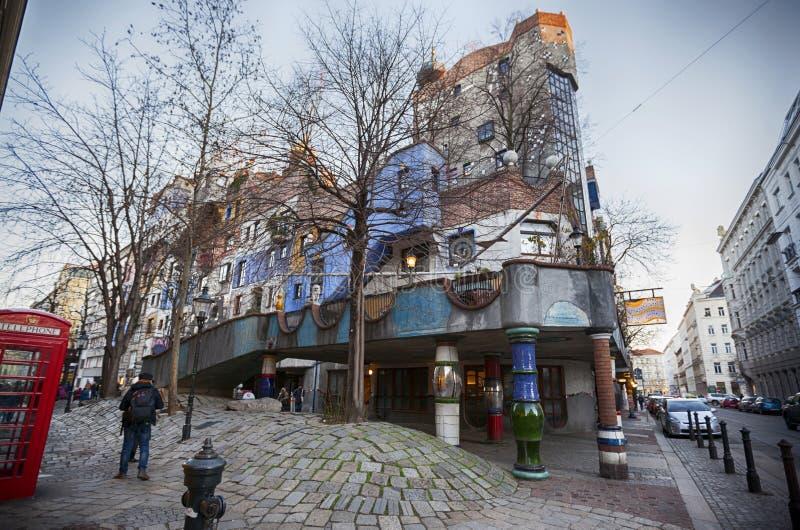 Berühmtes buntes Hundertwasser-Haus in Wien lizenzfreies stockbild