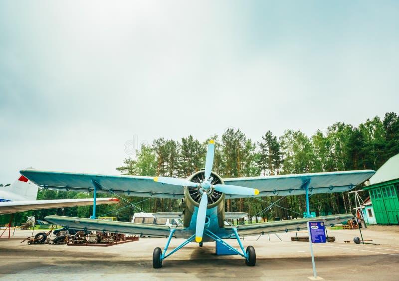 Berühmtes Erbe Sowjet-Flugzeug Paradropper Antonow An-2 des Fliegens lizenzfreie stockbilder