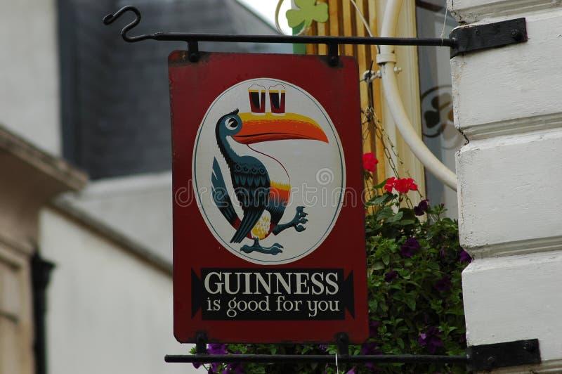 Berühmtes irisches Bierplakat am entence zur irischen Kneipe lizenzfreie stockbilder