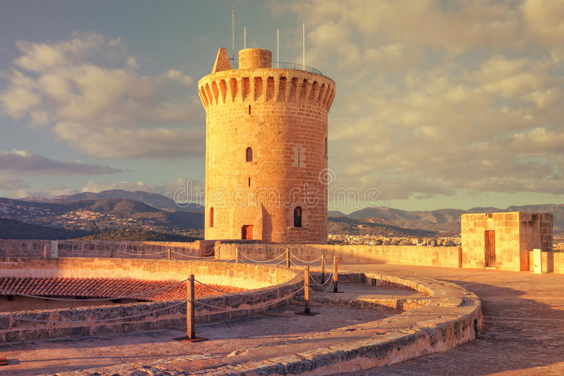 Berühmtes mittelalterliches Bellver-Schloss bei Sonnenuntergang in Palma de Mallorca, S lizenzfreie stockfotos