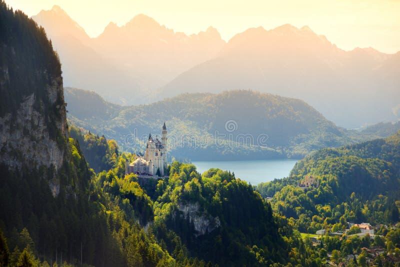 Berühmtes Neuschwanstein-Schloss, Märchenpalast auf einem schroffen Hügel über dem Dorf von Hohenschwangau nahe Fussen lizenzfreie stockfotos