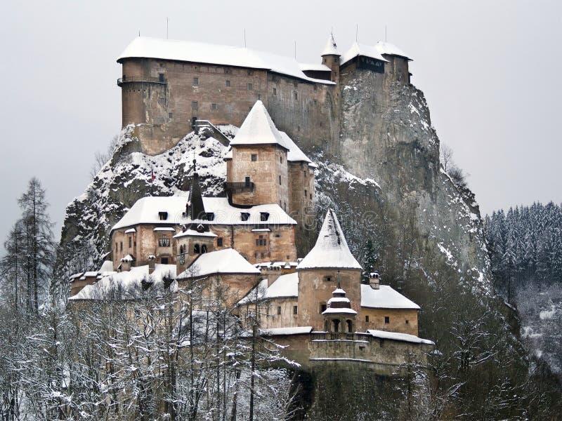 Berühmtes Orava-Schloss im Winter lizenzfreie stockbilder