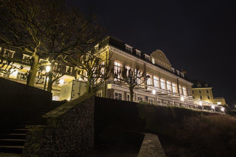 berühmtes Petersberg-Hotel koenigswinter Deutschland nachts lizenzfreies stockfoto