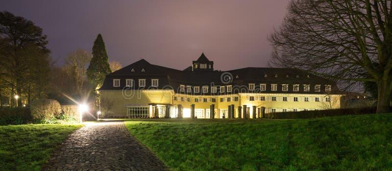 berühmtes Petersberg-Hotel koenigswinter Deutschland nachts stockbild