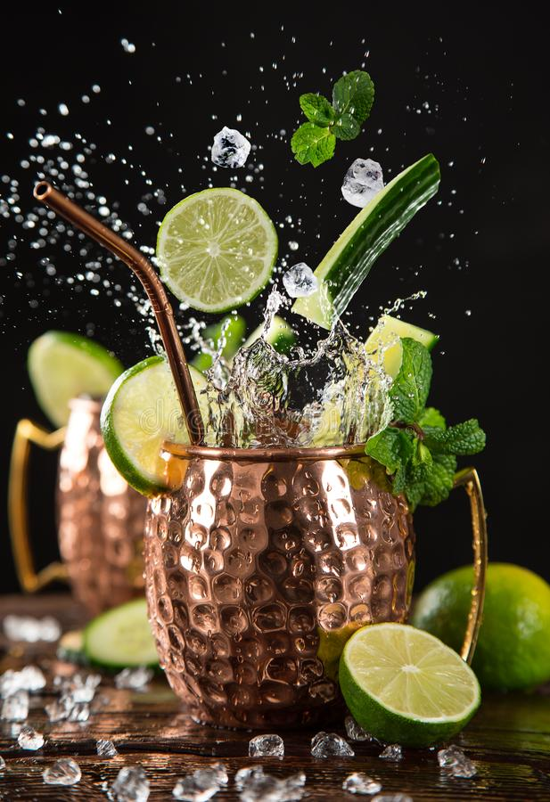 Berühmtes spritzendes alkoholisches Cocktail Moskau-Maultiers in den kupfernen Bechern stockfotografie
