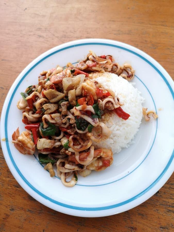 ber?hmtes thail?ndisches Nahrungsmittel-stri gebratener gekochter Basilikum lizenzfreie stockfotografie