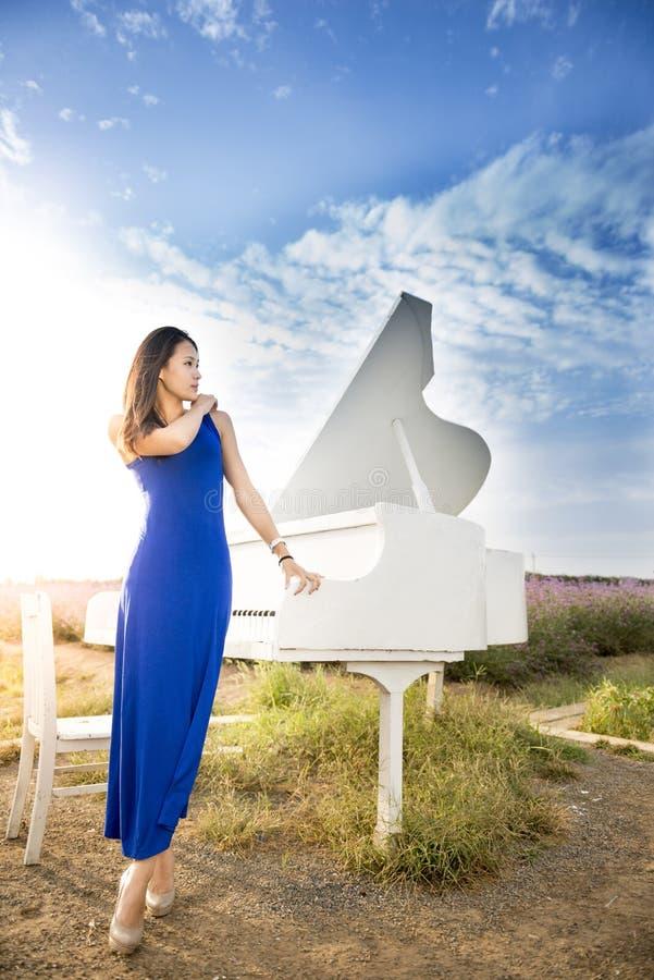 Berühren des Klaviers stockfoto