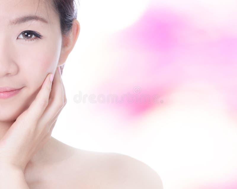 Berühren halbes Lächelngesicht und -hand der Frau Gesicht stockbild