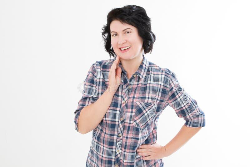 Berührt attraktive Mitte gealterte brunette Frau Hand ihr lokalisierter Hals lizenzfreie stockfotografie