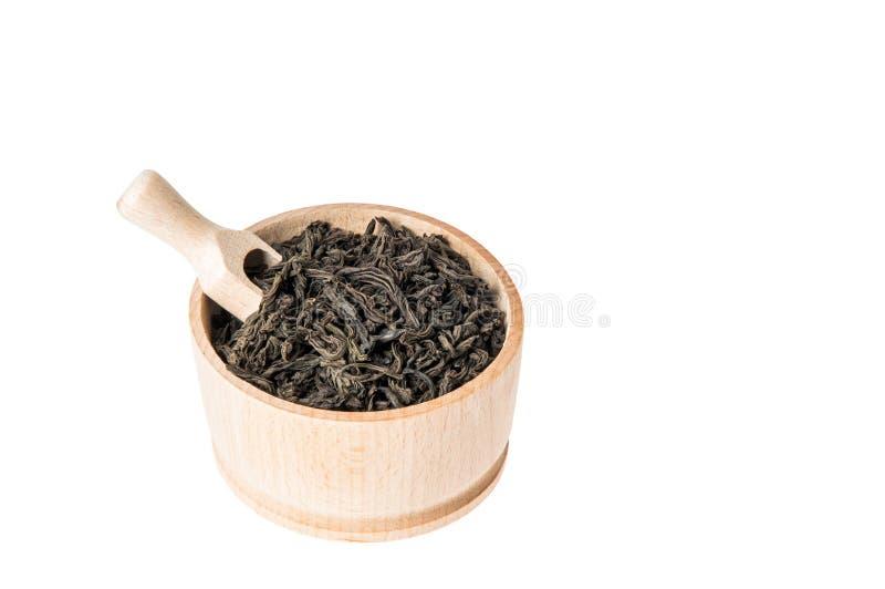?ber Ansicht H?lzerne Sch?ssel mit gro?es Blatt getrocknetem schwarzem Tee Getrennt auf wei?em Hintergrund Innerhalb des gesetzte stockfotos