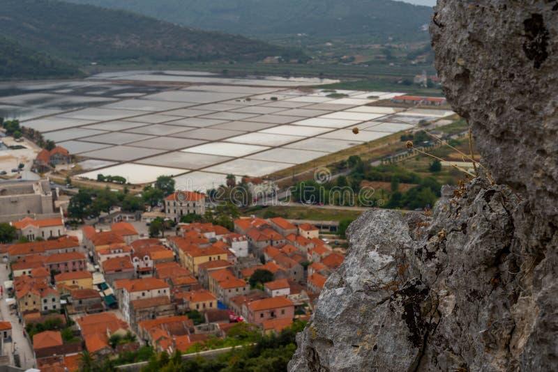 Ber?hmte alte mittelalterliche Stadtmauern und Verst?rkung in Ston, Dalmatien, Kroatien, Peljesac-Halbinsel stockbild