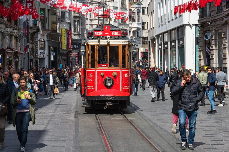 Ber?hmte touristische Linie Istanbuls Rote Tram Taksim-Tunel stockfotografie