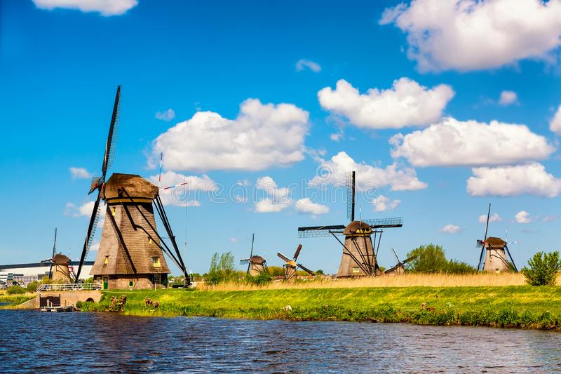 Ber?hmte Windm?hlen in Kinderdijk-Dorf in Holland L?ndliche Landschaft des bunten Fr?hlinges in den Niederlanden, Europa UNESCO-W stockbilder