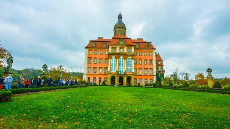Ber?hmter Markstein Wawel-Schlosses in Krakau Polen Malerische Landschaft auf K?stenflu? Wisla Herbstsonnenuntergang mit wei?em H stockfoto