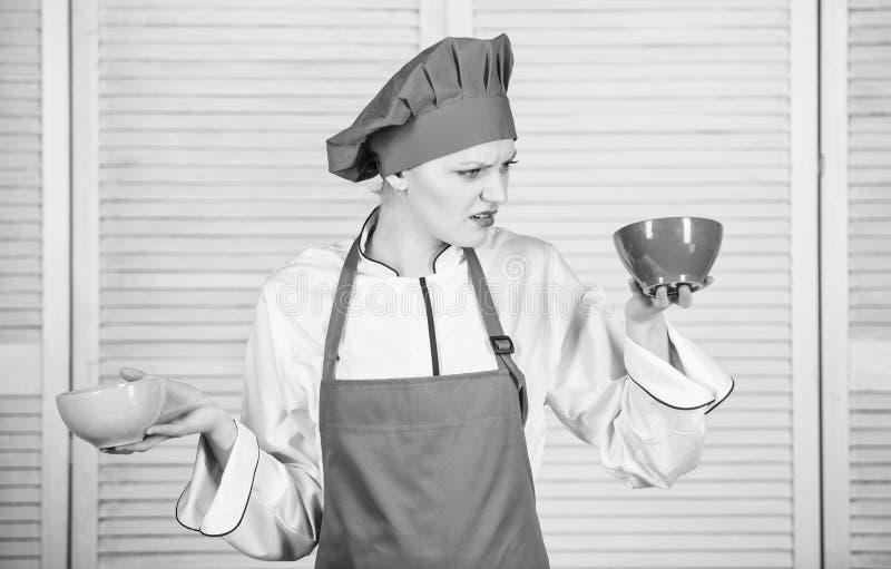 Ber?kna beloppet kalori dig som konsumerar Ber?kna den normala delen av mat Ber?kna ditt matportionformat Banta och arkivbild
