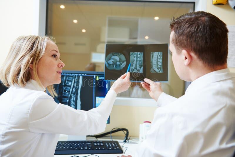 Ber?knad tomography eller analys f?r MRI-bildl?sarprov royaltyfri bild