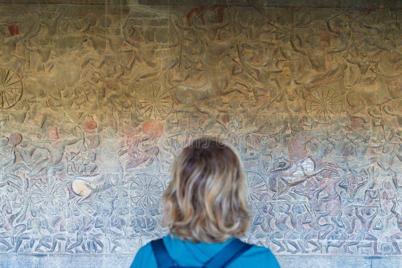 Ber?md basreflief som snidas i v?ggen av den Angkor Wat templet, v?rldsarvet och mest bes?kt turist- plats, Cambodja Turist- ut arkivfoton