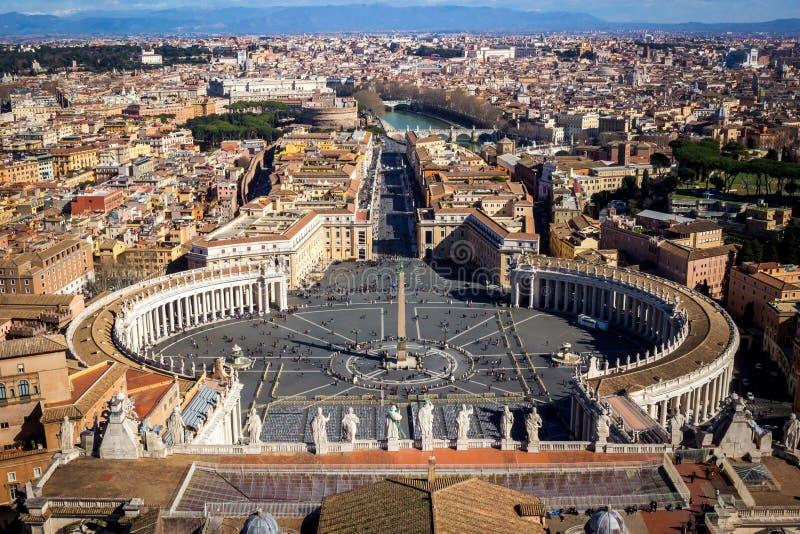 Ber?md fyrkant f?r St Peter ` s i Vaticanen och den flyg- sikten av staden royaltyfri bild