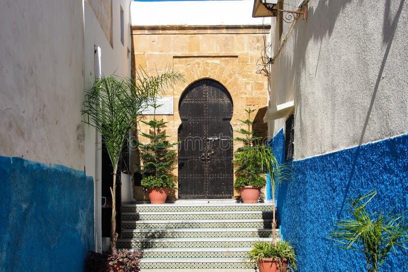 Ber?mda bl?a och vita gator av Kasbah Rabat, Marocko arkivfoton